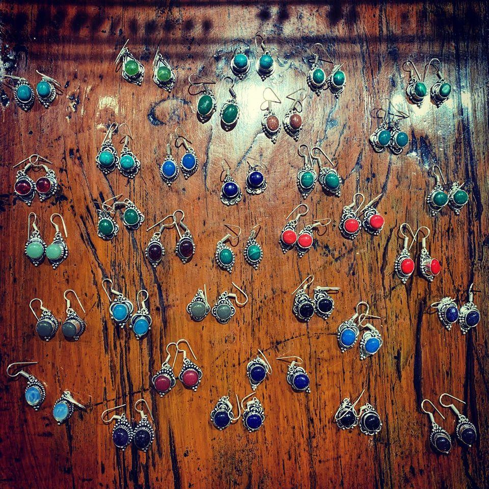 orecchini argentati con pietre